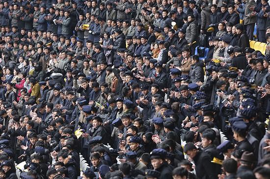 金日成体育馆,朝鲜大学生集体观看马拉松。 本文图均为 黑曼巴 图