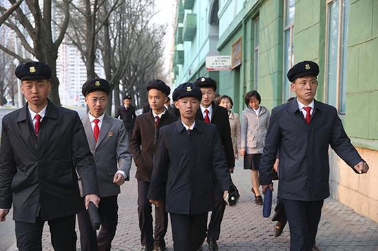平壤街头,结伴出行的大学生,着装统一。