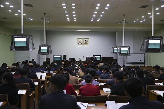 平壤人民大学习堂,朝鲜年轻人利用业余时间学习中文。