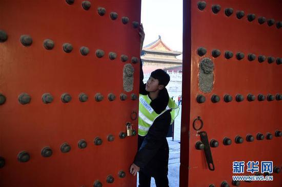 12月31日,工作人员关闭故宫隆宗门。新华社记者 金良快 摄