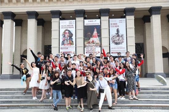 2016年,徐静在俄罗斯新西伯利亚的大剧院门口唱歌