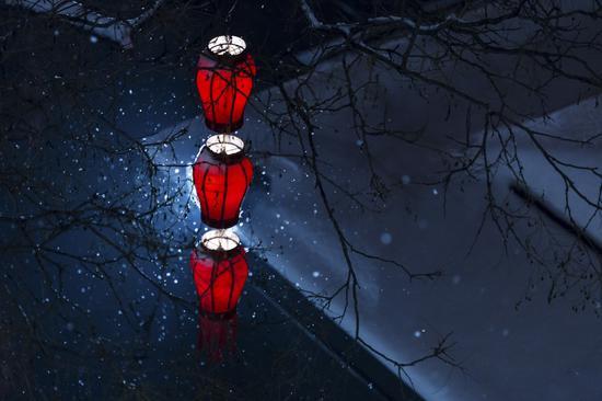 《雪夜红灯》 庞鸿玉 摄