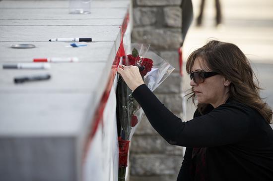 当地时间2018-06-23,加拿大多伦多,民众悼念汽车撞人事件遇难者。 视觉中国 图