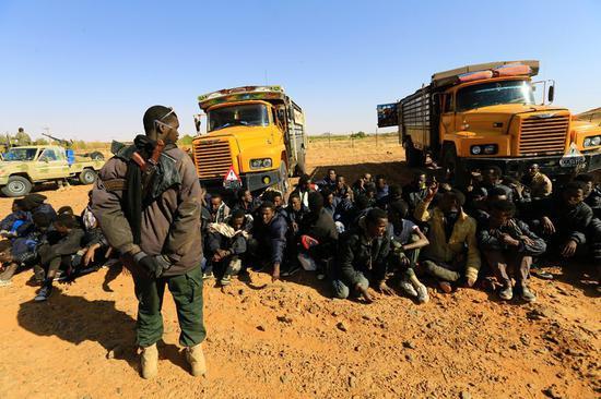 苏丹政府人员逮捕非法移民,图源:纽约时报