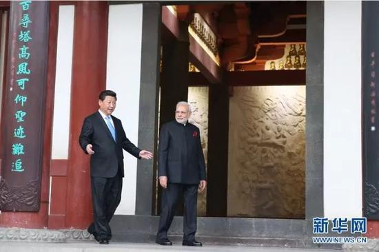 2018-05-23,国家主席习近平在同印度总理莫迪举行正式会见后,在西安参观大慈恩寺。 新华社记者 兰红光 摄