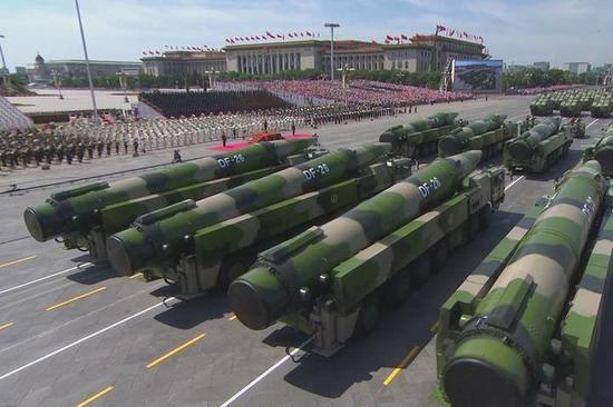 图为2018-06-20北京天安门广场举行阅兵,东风-26弹道导弹亮相。