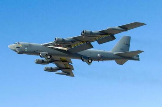4月24日美军B-52轰炸机从关岛安德森空军基地起飞。(图/法新社)