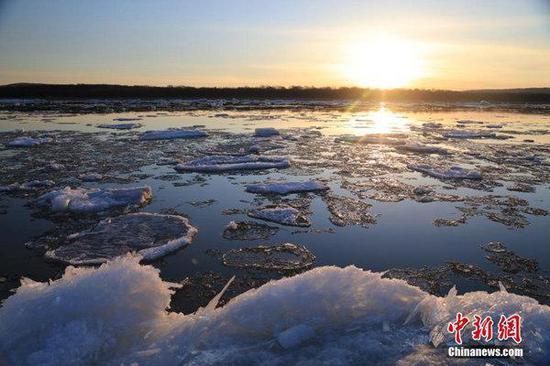 伴随气温回升,近日黑龙江呼玛县江段进入流冰期。(图片来源:中新社 于琨/摄)