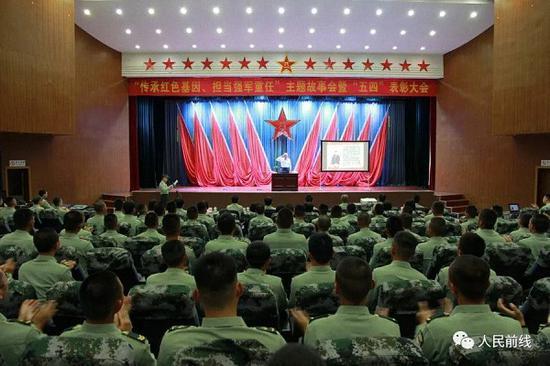 没等部队领导介绍完王老的简要事迹,官兵们就被老将军光辉的战斗事迹所感动和感染,现场再一次爆发出雷鸣般的掌声。