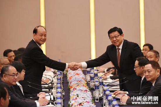 图为陈德铭(右)与海基会董事长林中森握手。