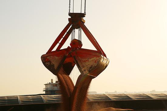 2018年4月9日,江苏南通港口集团狼山港务分公司忙着卸运进口大豆。视觉中国 资料