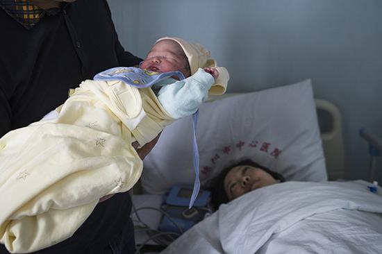 2018年4月24日上午,四川绵阳市中心医院,北川第1000个再生育家庭的第1006个新生儿诞生。