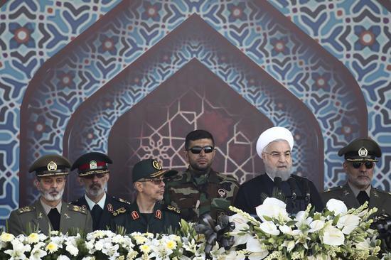 图为伊朗总统鲁哈尼(右二)2017年9月22日在阅兵式上讲话。(美联社资料图)