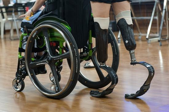 廖智穿着义肢推着轮椅