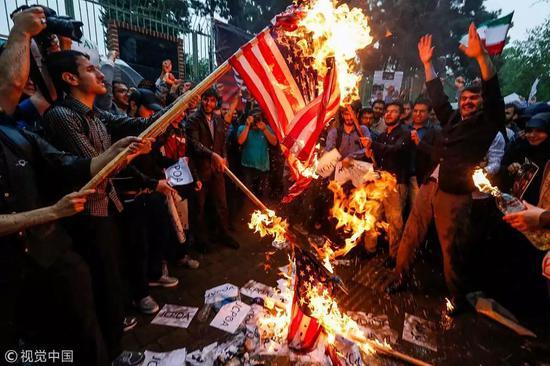 ▲德黑兰街头民众焚烧星条旗抗议美国退出伊核协议。(视觉中国)