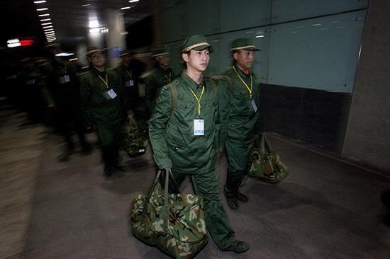 这是蒋雨航作为新兵到达上海火车站的资料照片(2008年12月12日摄)。新华社发(澎湃新闻记者 赵昀 摄)