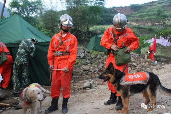 斯道(左)和佳佳(右)在救灾现场