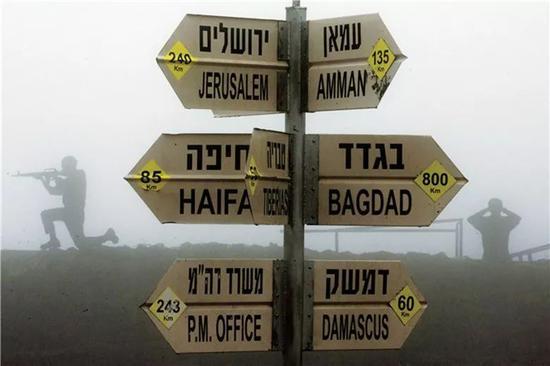 ▲戈兰高地上的路牌,以色列已经陈兵叙以边境。(法新社)