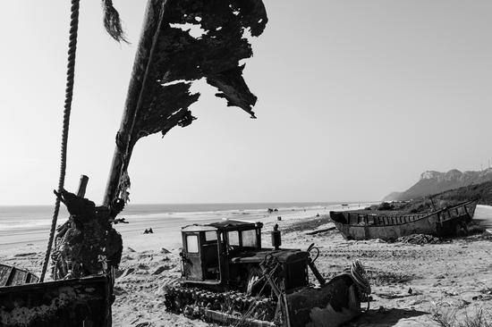 破旧的铁壳船和推土机