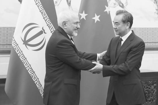 13日,中国国务委员兼外交部长王毅与伊朗外长扎里夫在北京举行会谈。
