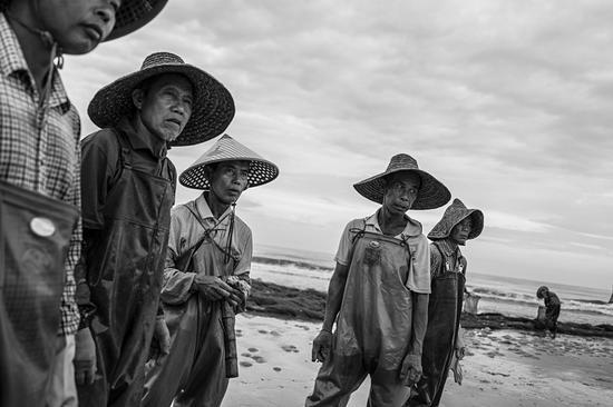 看到渔贩偷鱼的渔民