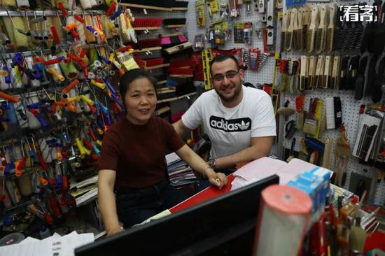 阿布杜拉在外贸商城和一位女老板合影,他是这位女老板的大客户。