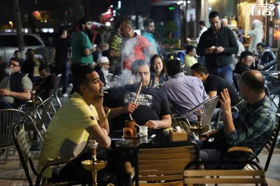 2018年4月,浙江义乌市,宾王夜市的异国风情街(俗称中东街),抽着阿拉伯水烟的人。