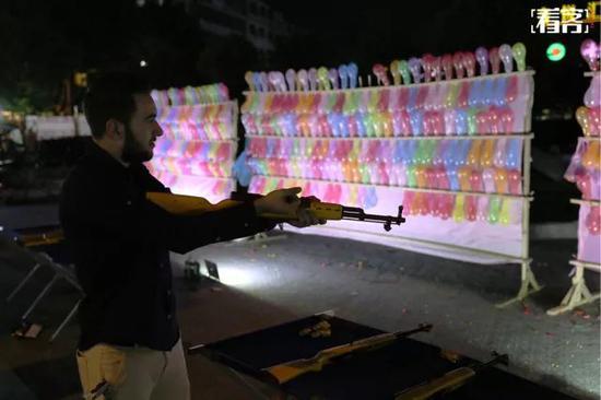 麦克不时会接到一个枪战片的角色,夜里,他来到夜市气球射击摊前打了几局。