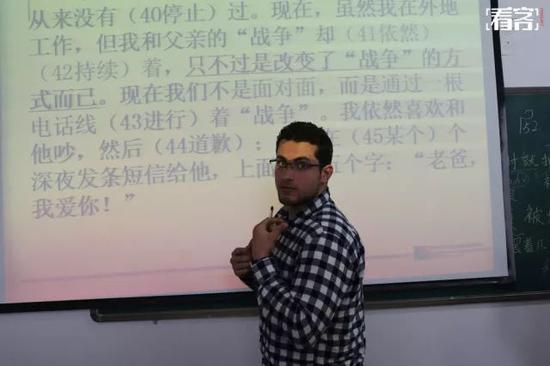 """曼吉达今年29岁,目前在学院的中文高级班学习。他的中文名叫李飞龙。""""因为我是1988年生的,属龙。"""""""