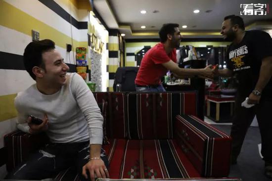 一家叙利亚餐厅里,几位叙利亚服务员正在开着玩笑。其中一位(最右)刚来中国一周,来之前,他在叙利亚学了四年的中文。