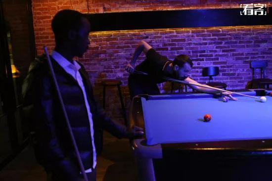 夜里,拿着留学生签证的叙利亚小伙乌尔比安在中东街一家台球店打台球。