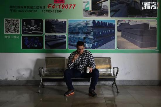 在商贸城转了一下午的曼吉达坐在椅子上休息,他通过电话用阿拉伯语聊着生意上的事情。