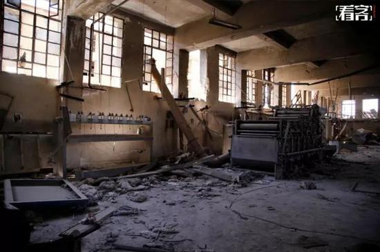 2017年7月12日,在阿勒颇Belleramoun工业区的一家工厂内,被炸毁的工厂。