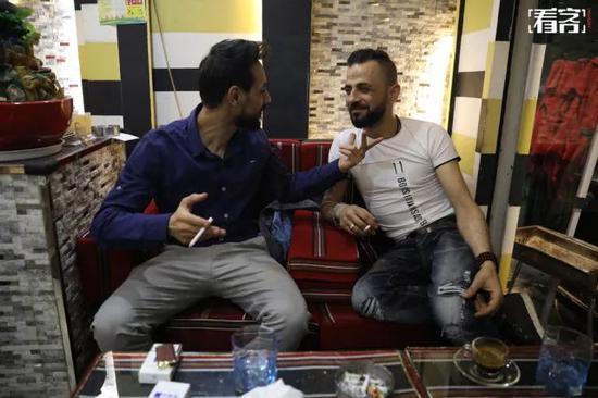 普莱特是这家叙利亚餐厅的老板,他正和一位来餐馆喝咖啡的老乡聊天。普莱特来义乌已经有13年,一直都在开餐馆。