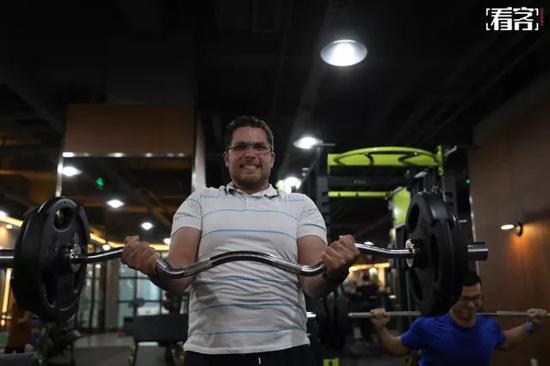 晚上六点半,曼吉达来到健身房锻炼。