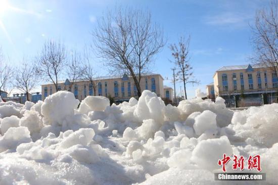 资料图:受西伯利亚强冷空气影响,2018年4月1日,地处新疆北部阿勒泰地区的新疆生产建设兵团第十师一八六团迎来强降雪。郝胜忠 摄