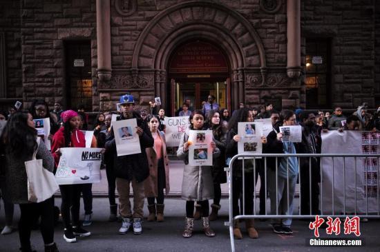 2018年3月14日,美国纽约杰奎琳肯尼迪高中的学生手举标语、高呼口号,呼吁政府采取更严格的控枪政策。当天,全美数千所学校停课17分钟举行集会,纪念一个月前佛州校园枪击案中的遇难者。 中新社记者 廖攀 摄