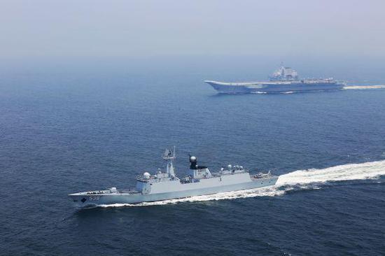 资料图:辽宁舰(上)与烟台舰在某海域机动航行。新华社记者 曾涛 摄