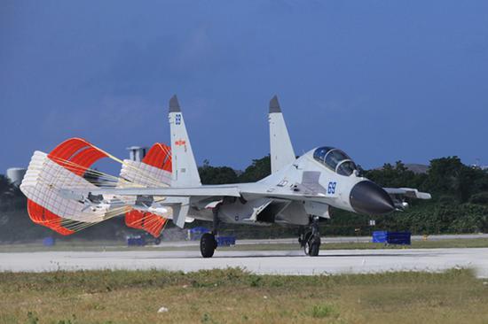 中国空军发布的轰-6K和歼-11BH在南海岛礁起降的照片