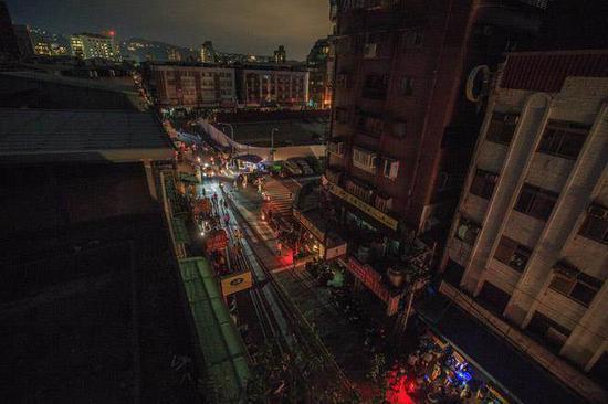2017年8月15日,台湾无预警大停电。图为当天台北市石牌地区许多民众在一片黑暗中前往商城用餐。(图片来源:台湾《中时电子报》)