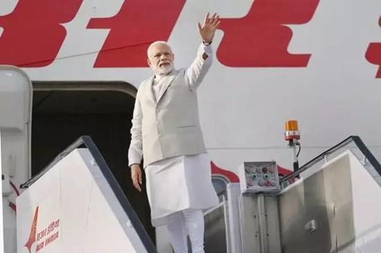 5月21日,莫迪登机前往索契。(印度报业托拉斯)