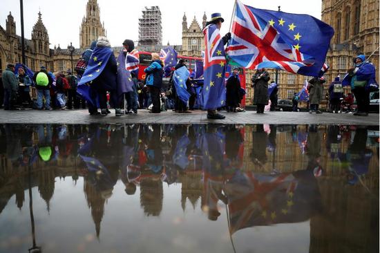 4月30日,脱欧抗议者在伦敦国会议院门前集会。(图:路透社)