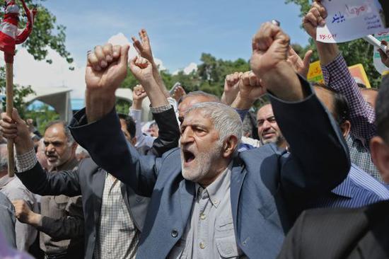 5月11日,数千伊朗民众在首都德黑兰举行示威活动,抗议美国退出伊核协议。(哈拉比萨兹 摄)