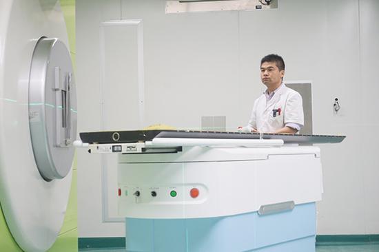 5月26日,工作人员在操作重离子癌症治疗系统患者支撑装置。本文图片 新华社