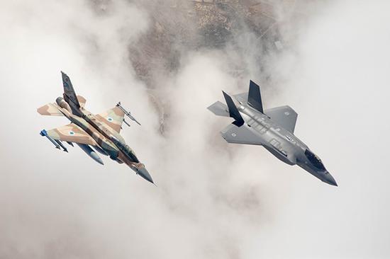 此次F-35作战中,可能得到了有人战斗机、无人机、特种飞机等其他飞机的支援,是一次在体系下的联合行动。