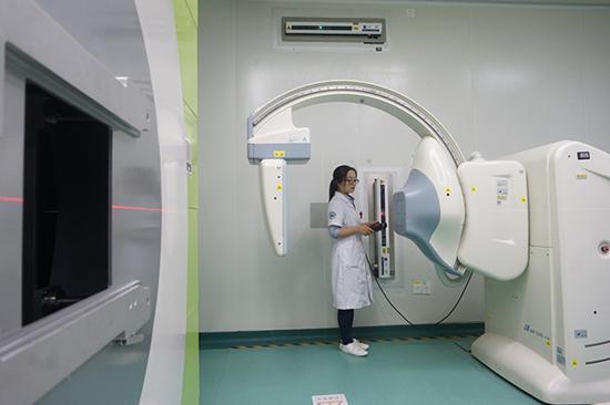 5月26日,工作人员在操作重离子癌症治疗影像拍摄装备。