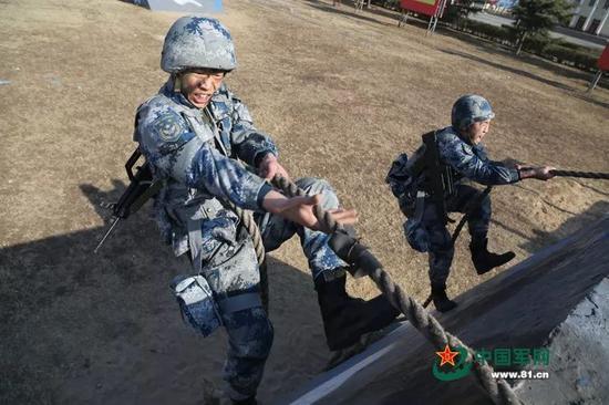 ▲资料图片:中国空军空降兵某师百余名侦察骨干在练兵场上热火朝天地展开特种侦察课目训练。