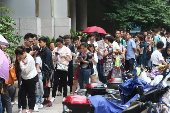 ▲5月26日,杭州不少银行门前排起数百米长队一眼望不到头。现场排队市民表示,他们其实都是融信澜天的登记客户(图片来源:东方IC)