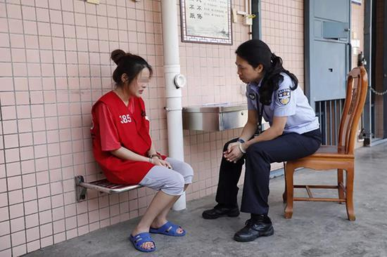 女管教与杨某谈话