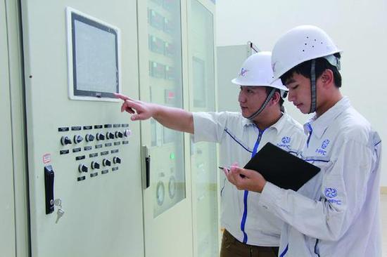 南湃水电站老方员工在厂房内监测发电机组工作情况。